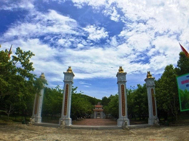 The gate at Huyen Tran temple-Culture-Pham-Travel